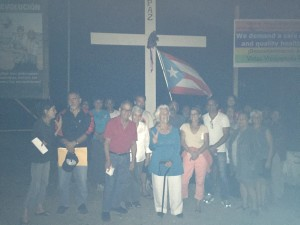 Foto vigil Vieques frente cruz Apr 19, 2016